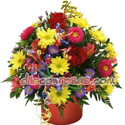 Diloconrosas.com - Arreglo Floral en base ceramica con 3 rosas importadas, margaritas multicolor, flores y follaje de estacion. El presente incluye una tarjeta de dedicatoria. - Atendemos 24 horas. Llamar al 225-5120 o via Whatsapp: 980-660044