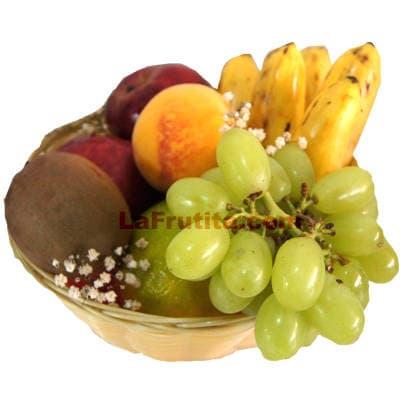 Diloconrosas.com - Frutero 14 - Codigo:FCC14 - Detalles: Deliciosas frutas enteras: 2 peras, 1 manzana, 1 kiwi/tuna, 2 naranjas, 1 durazno.   El presente viene en una caja de carton ecol�gico. la disposici�n y corte es solo referencial.El regalo viene sellado herm�ticamente para garantizar su frescura y m�xima calidad.  Este producto no puede ser enviado en horario especial (6-8am), tambi�n deber� ser pedido con 24 horas de anticipaci�n. - - Para mayores informes llamenos al Telf: 225-5120 o 476-0753.