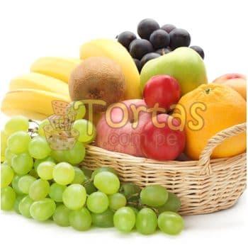 Diloconrosas.com - Cesta de Frutas - Codigo:FCC16 - Detalles: Cesta de mimbre incluyendo: Racimo de Uva, 2 manzanas, una mano de platanos, 1 naranja, 1 durazno, 1 tuna, el presente incluye una tarjeta de dedicatoria. - - Para mayores informes llamenos al Telf: 225-5120 o 476-0753.
