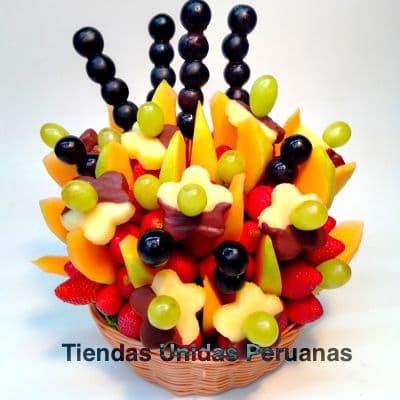 I-quiero.com - Frutero Especial 01 - Codigo:FCF01 - Detalles: Cesta de mimbre conteniendo arreglo de frutas frescas segun imagen. Incluye Fresas, Pi�a, Uva y Frutas de estacion. El presente viene forrado en elegante papel celofan.  - - Para mayores informes llamenos al Telf: 225-5120 o 476-0753.