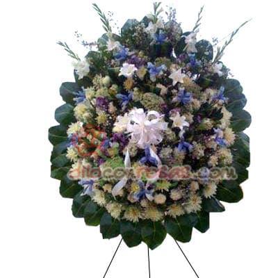 Gran Corona Funebre - Codigo:FNB13 - Detalles: Corona funebre compuesto por rosas y flores de estacion, contiene flores de iris en tonos azules - - Para mayores informes llamenos al Telf: 225-5120 o 4760-753.