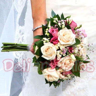 I-quiero.com - Bouquet de Novia 02 - Codigo:MAM02 - Detalles: Bouquet de Novia a bse de 12 rosas, en dos colores o a un solo color segun sea coordinado.Incluye flores de estacion. Este producto se debe ordenar con 48 horas utiles de anticipacion. - - Para mayores informes llamenos al Telf: 225-5120 o 476-0753.