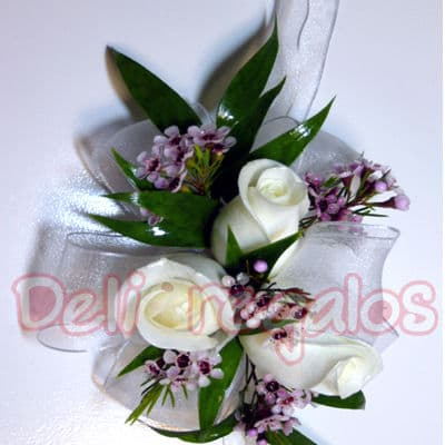 Tortas.com.pe - Botonier 03 - Codigo:MAM03 - Detalles: Elegante Botonier a base de 2 rsoas blancas y flores de estacion segun imagen. Este producto se debe ordenar con 48 horas utiles de anticipacion. - - Para mayores informes llamenos al Telf: 225-5120 o 476-0753.
