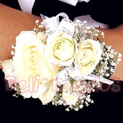 I-quiero.com - Corsage de Rosas - Codigo:MAM04 - Detalles: Lindo Corsage a base de 4 rosas blancas y flores de estacion.Este producto se debe ordenar con 48 horas utiles de anticipacion. - - Para mayores informes llamenos al Telf: 225-5120 o 476-0753.