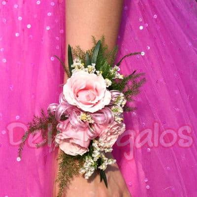 Tortas.com.pe - Corsage de 3 rosas - Codigo:MAM06 - Detalles: Lindo Corsage a base de 3 rosas blancas y flores de estacion.Este producto se debe ordenar con 48 horas utiles de anticipacion. - - Para mayores informes llamenos al Telf: 225-5120 o 476-0753.