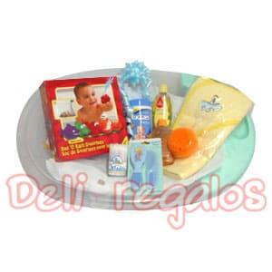 Canasta Bebe 07 - Codigo:MCB06 - Detalles: Set de Ba�o para Beb� -Ni�o Precioso Set para que el beb� disfrute del ba�o viene con: 1 Tina de pl�stico para beb�s, color depende del stock 1 Bolsa de Squirtees para el ba�o (peque�os juguetes en forma de animales especiales para el agua, para que el beb� se divierta mientras se ba�a)  1 Set de peine y cepillo 1 envase de isopos  1 shampoo  1 jab�n l�quido de glicerina y esponja 1 toalla con capuchita 100% algod�n 1 envase de toallitas h�medas.   - - Para mayores informes llamenos al Telf: 225-5120 o 4760-753.