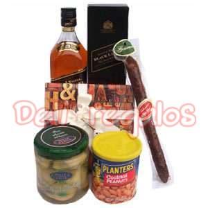 Canasta Whisky Premium  - Codigo:MCE09 - Detalles: Delicada combinaci�n para soprender a esa persona tane especial en su d�a compuesta por: 1 botella de whisky Johnnie Walker etiqueta negra 1 caja de 9 trufas de chocolate. 1 pomo de corazones de alcachofa de 200grms 1 envase de peanuts Cocktail de Planters 1 salami tipo Chorizo, Gourmet. - - Para mayores informes llamenos al Telf: 225-5120 o 4760-753.
