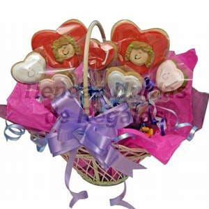 Deliregalos.com - Macetitas con flores de chocolates 08 - Codigo:MCF08 - Detalles: Arreglo de 2 corazones grandes, 5 corazones medianos, en una linda cesta de mimbre decorada con papel seda decorada, incluye tarjeta de dedicatoria. - - Para mayores informes llamenos al Telf: 225-5120 o 476-0753.