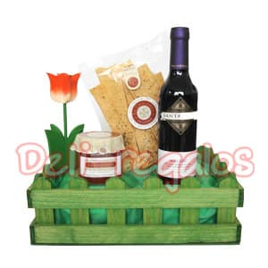 Deliregalos.com - Jardinera Dulce Detalle - Codigo:MNE07 - Detalles: 1 jardinera de madera pintada a mano. Conteniendo: 1 botella de vino tinto Santa Julia Malbec x750ml ., argentino 1 frasco de aceitunas ,1 paquete de palitos de queso/oregano.  Este producto debe pedirse con 48 horas de anticipacion. - - Para mayores informes llamenos al Telf: 225-5120 o 476-0753.
