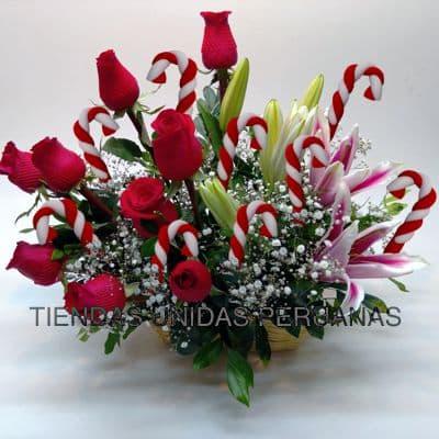 Deliregalos.com - Gala con Rosas y Manzanas - Codigo:NAV04 - Detalles: Elegante Arreglo Floral compuesto por 6 rosas importadas, Manzanas, claveles, rusticos bambus y especiales decorativos Navide�os. - - Para mayores informes llamenos al Telf: 225-5120 o 476-0753.