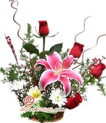 Deliregalos.com - Navidad con Rosas - Codigo:NAV07 - Detalles: Arreglo Floral compuesto por 4 finas rosas rojas, lilium perfumado, flores y follaje de estacion. todo en una elegante base ceramica.  - - Para mayores informes llamenos al Telf: 225-5120 o 476-0753.