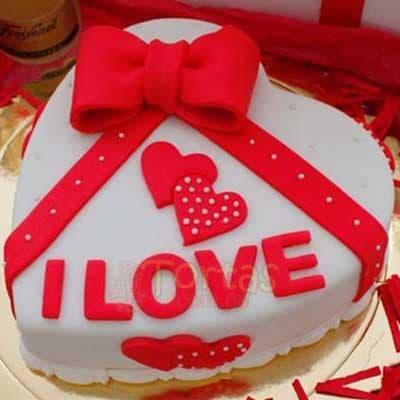 Deliregalos.com - Enamorados 08 - Codigo:NMR08 - Detalles: Deliciosa torta de keke De Vainilla ba�ada con manjar y forrada con masa elastica de Medida: de 23 cm diametro, decoracion en masa elastica, base forrado en papel de aluminio. - - Para mayores informes llamenos al Telf: 225-5120 o 476-0753.