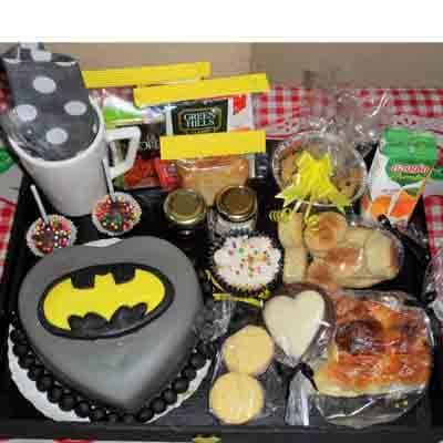 Deliregalos.com - Desayuno ni�o07 - Codigo:NOS07 - Detalles: Desayuno Batman, conteniendo 1 taza personalizada, infusiones, caf�, 2 sachet de azucar, caja de frugos, 2 tostadas, porcion de mantequilla, porcion de mermelada, 1 tartaleta, 3 panecillos, 1 sandwich de lomito ahumado, 1 muffin ba�ado en chocolate, 4 alfajores, 1 torta modelada de 15 cm , todo en una bandeja - - Para mayores informes llamenos al Telf: 225-5120 o 476-0753.