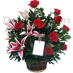 Deliregalos.com - Arreglo Berenice - Codigo:OFE01 - Detalles: Hermosa maseta de cer�mica grande con 9 rosas importadas y 6 imponentes liliums jaspeados con follaje de estaci�n.  - - Para mayores informes llamenos al Telf: 225-5120 o 476-0753.