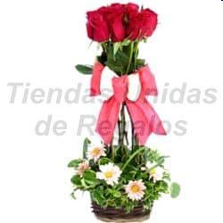 Deliregalos.com - Topiario de rosas - Codigo:OFE06 - Detalles: Arreglo compuesto por 6 rosas importadas dispuestas en topiario con un hermoso lazo rustico que le da el toque de ternura al detalle. - - Para mayores informes llamenos al Telf: 225-5120 o 476-0753.