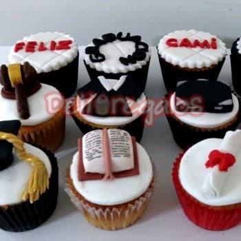 Deliregalos.com - Cupcakes Graduacion - Codigo:OFX06 - Detalles: 9 cupcakes de vainilla con decoracion.  - - Para mayores informes llamenos al Telf: 225-5120 o 476-0753.