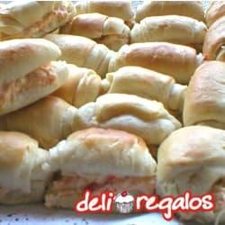 Picada Deliregalos 03 - Codigo:PIC03 - Detalles: 30 deliciosos sandwichs de pollo con salsa especial deliregalos. Incluye CocaCola o IncaCola de 2 Litros. Este producto viene sellado al Vacio para garantizar su frescura e higiene. - - Para mayores informes llamenos al Telf: 225-5120 o 4760-753.