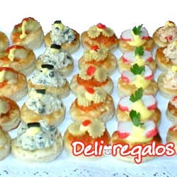 Picada Deliregalos 06 - Codigo:PIC06 - Detalles: 15 panecillos de jamon con queso en salsa especial deliregalos, 15 panecitos con pollo y apio,15 panecilos con huevo y espinaca, 10 panecillos en salsa de champiñones con queso.Incluye CocaCola o IncaCola de 2 Litros. Este producto viene sellado al Vacio para garantizar su frescura e higiene. - - Para mayores informes llamenos al Telf: 225-5120 o 4760-753.
