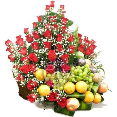 Arreglo de Rosas y Frutas Nro 2 - Codigo:QFA02 - Detalles: Espectacular arreglo Frutal a base de 54 rosas importadas de tallo largo y follaje de estaci�n. Incluye frutas: 3 manzanas verdes, 2 peras, 3 manzanas rojas, 2 naranjas, 2 racimos de uvas, 4 naranjas, Este producto debe solicitarse con 24 horas de anticipaci�n como m�nimo o consultar previamente con nuestro call center.  - - Para mayores informes llamenos al Telf: 225-5120 o 4760-753.