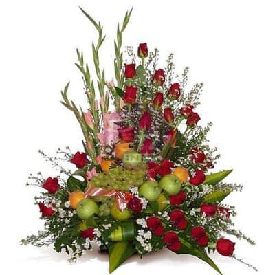 Arreglo de Rosas y Frutas Nro 7 - Codigo:QFA07 - Detalles: Espectacular arreglo Frutal a base de 30 girasoles importadas de tallo largo y follaje de estaci�n. Incluye frutas: 2 manzanas verdes, 2 peras, 2 manzanas rojas, 4 naranjas, 1 racimo de uvas,  Este producto debe solicitarse con 24 horas de anticipaci�n como m�nimo o consultar previamente con nuestro call center.  - - Para mayores informes llamenos al Telf: 225-5120 o 4760-753.