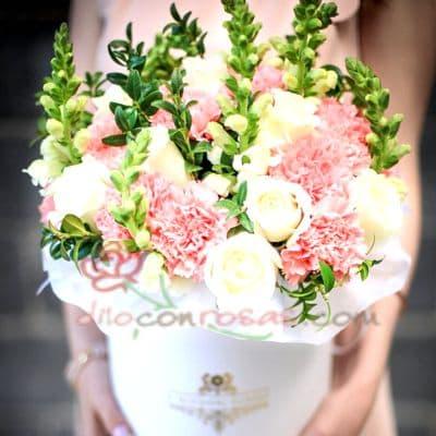 Diloconrosas.com - Sombrerera Novia - Codigo:SBA05 - Detalles: Arreglo especial con rosas y liliums segun imagen. incluye 5 rosas blancas yflores multicolor - - Para mayores informes llamenos al Telf: 225-5120 o 476-0753.