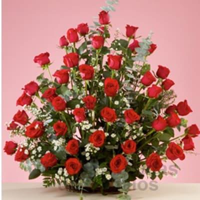 Diloconrosas.com - Gran Secretaria - Codigo:SEC11 - Detalles: Elegante e impresionante arreglo floral compuesto por 45 rosas importadas seg�n disposici�n de foto. El presente viene en una base de mimbre e incluye flores y follaje de estaci�n. - - Para mayores informes llamenos al Telf: 225-5120 o 476-0753.