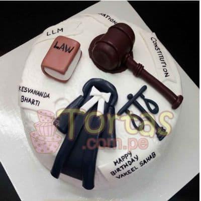 Torta Abogado 08 - Codigo:TAG08 - Detalles: Torta hecha a base de queque ingles relleno de fruta confitada, pasas, bañado en manjar blanco, forrado y decorado en su totalidad con masa elástica. Mide 20 cm. De diámetro. Base forrada en masa elástica.  - - Para mayores informes llamenos al Telf: 225-5120 o 4760-753.