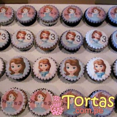 36 Cupcakes Sofia - Codigo:TSI05 - Detalles: Deliciosos cupcakes de vainilla, bañados con manjar blanco y forrados con masa elastica, el diseño incluye fotoimpresiones comestibles de princesa sofia segun imagen. - - Para mayores informes llamenos al Telf: 225-5120 o 4760-753.