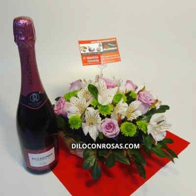 Arreglo de 6 Rosas - Codigo:VAT15 - Detalles: Lindo Detalle floral compuesto por 6 rosas importadas, flores y follaje de estacion.  El arreglo viene en una fina base de ceramica cubierta con un delicado papel de ceda y adornada por una soguilla rustica.  - - Para mayores informes llamenos al Telf: 225-5120 o 4760-753.