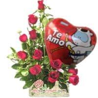 Media Luna de Rossas + Globo - Codigo:VAT17 - Detalles: Lindo arreglo floral compuesto por 11 Rosas importadas de tallo largo en elegante diposicion de media luna, incluye globo metalico de 20cm de alto con mensaje