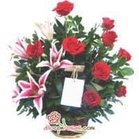 Arreglo Berenice - Codigo:VAT18 - Detalles: Espectacular arreglo floral compuesto por 9 rosas importadas, 4 liliums jaspeados con fragancia natural, flores y follaje de estacion.  El arreglo viene en una fina base de ceramica cubierta con un delicado papel de ceda y adornada por una soguilla rustica. El arreglo tiene una altura de 40cm. y viene con una elegante tarjeta de dedicatoria. - - Para mayores informes llamenos al Telf: 225-5120 o 4760-753.