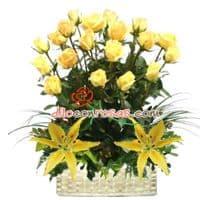 Arreglo Radiante en tu Dia - Codigo:VAT19 - Detalles: Elegante composicion floral a base de: 18 Rosas finas rosas importadas de tallo largo, liliums amarillos en la base, flores y follaje de estacion.   El arreglo viene en una fina base de ceramica cubierta con un delicado papel de ceda y adornada por una soguilla rustica. El arreglo tiene una altura de 60cm. y viene con una elegante tarjeta de dedicatoria. - - Para mayores informes llamenos al Telf: 225-5120 o 4760-753.