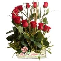 Eclipse de Rosas - Codigo:VAT20 - Detalles: Elegante composicion floral a base de: 12 Rosas finas rosas importadas de tallo largo, flores y follaje de estacion.    El arreglo viene en una fina base de ceramica cubierta con un delicado papel de ceda y adornada por una soguilla rustica. El arreglo tiene una altura de 60cm. y viene con una elegante tarjeta de dedicatoria. - - Para mayores informes llamenos al Telf: 225-5120 o 4760-753.