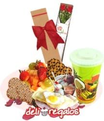 Estas en mi mente - Codigo:VLN03 - Detalles: Caja ecologica con 2 rosas importadas de tallo largo, Bandeja de Cart�n ecol�gico conteniendo: Jugo de Naranja, Ensalada de Frutas, 5 galletas glaseadas de fresa, 4 huevos de codorniz con salsa golf, pan especial de semillas con jamon, queso y huevo frito de codorniz, 4 galletas de chispas de chocolate, juego de cubiertos, tarjeta de dedicatoria - - Para mayores informes llamenos al Telf: 225-5120 o 4760-753.