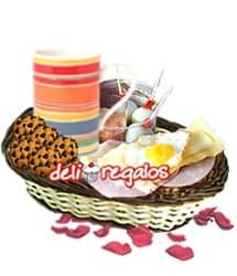 Desayuno o lonche: Delicia - Codigo:VLN06 - Detalles: Cesta conteniendo: Taza ceramica con cafe personal, infusiones de te,manzanilla, y anis, 2 sachets de azucar, 4 huevos de codorniz y deliciosa salsa golf, pan de semillas especial con jamon, queso y huevo frito de codorniz, 4 galletas de chispas de chocolate, juego de cubiertos, individual, tarjeta de dedicatoria. - - Para mayores informes llamenos al Telf: 225-5120 o 4760-753.