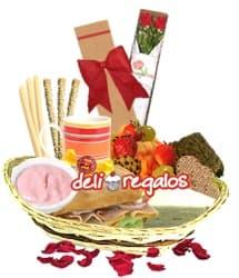 Con Cari�o - Codigo:VLN07 - Detalles: Caja ecologica con 2 rosas importadas de tallo largo, Cesta conteniendo: , Ensalada de Frutas, 4 galletas glaseadas de fresa, triple de huevo, pollo y jamon, sandwich 3 jamones en Pan Bimbo especial, taza ceramica con cafe personal, infusiones de te,manzanilla, y anis, 2 sachets de azucar, yogurt de fresa, 3 palitos de ajonjoli, 3 palitos de queso, brownie, mermelada de fresa, mermelada de pi�a, juego de cubiertos, tarjeta de dedicatoria y bombon de chocolate - - Para mayores informes llamenos al Telf: 225-5120 o 4760-753.