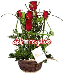 Jardin de Rosas - Codigo:VLN19 - Detalles: Hermosa Cesta  con un ramillete de 5 rosas importadas rodeadas de un cerco rustico. 50cm de alto - - Para mayores informes llamenos al Telf: 225-5120 o 4760-753.