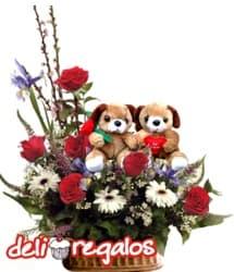 AGOTADO Jardin de amor - Codigo:VLN22 - Detalles: Impresionante composici�n floral en base de ceramica a base de 6 rosas rojas importadas, gerberas, e iris de estaci�n sobre la cual pasean una tierna parejita ositos enamorados. AGOTADO - - Para mayores informes llamenos al Telf: 225-5120 o 4760-753.