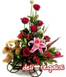 Carreta Romance - Codigo:VLN23 - Detalles: Impresionante composici�n floral sobre una carreta de madera rustica a base de 10 rosas rojas importadas, lilium perfumado, y astroemelias de estaci�n conducida por el tierno osito So�ador de 40 cm. - - Para mayores informes llamenos al Telf: 225-5120 o 4760-753.