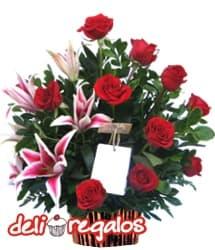 Siempre Bella - Codigo:VLN24 - Detalles: Elegante composici�n floral en base de cer�mica a base de 12 rosas importadas, 4 lilium perfumados y fino follaje de estaci�n. - - Para mayores informes llamenos al Telf: 225-5120 o 4760-753.