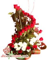 Magn�fico Sentimiento - Codigo:VLN25 - Detalles: Elegante composici�n floral en base de cer�mica a base de 24 rosas importadas, margaritas blancas y fino follaje de estaci�n. - - Para mayores informes llamenos al Telf: 225-5120 o 4760-753.
