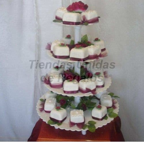 I-quiero.com - TORTA MUFFIN 06 - Codigo:WAM96 - Detalles: Torta de cuatro pisos a base de mini-tortas. Compuesto por 30 mini-tortas, forrados y decorados con  masa el�stica.  - - Para mayores informes llamenos al Telf: 225-5120 o 476-0753.
