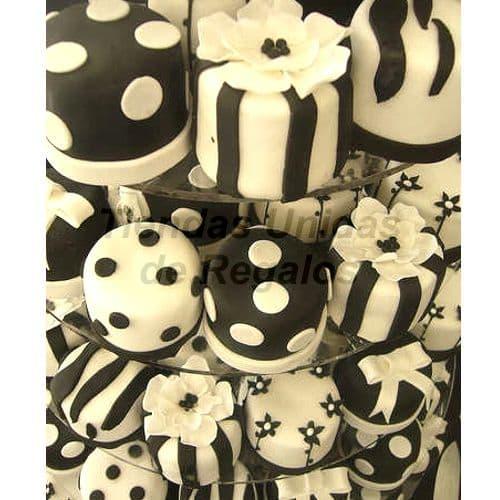 TORTA MUFFIN 21 - Codigo:WAM21 - Detalles: Torta de cuatro pisos a base de mini-tortas. Compuesto de 45 mini-tortas forradas y decoradas con masa elastica. - - Para mayores informes llamenos al Telf: 225-5120 o 4760-753.