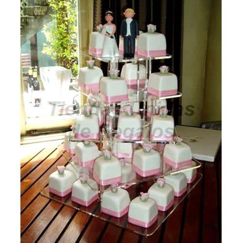 I-quiero.com - TORTA MUFFIN 13 - Codigo:WAM13 - Detalles: Torta de cinco niveles a base de mini-tortas. Compuesto por 38 mini-tortas forradas y decoradas con masa elastica y dos mu�ecos decorativos de ceramica. - - Para mayores informes llamenos al Telf: 225-5120 o 476-0753.