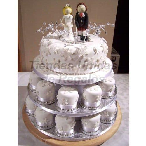 I-quiero.com - TORTA MUFFIN 16 - Codigo:WAM16 - Detalles: Torta de tres niveles a base de mini-tortas. Compuesta por 20 mini-tortas decoradas con masa elastica, un delicioso queque De Vainilla de 25cm de di�metro  y dos mu�ecos decorativos de cer�mica.  - - Para mayores informes llamenos al Telf: 225-5120 o 476-0753.