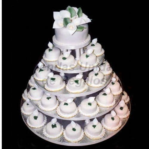 I-quiero.com - TORTA MUFFIN 72 - Codigo:WAM72 - Detalles: Torta de cinco niveles a base de mini-tortas. Compuesta por  42 mini-tortas de 6cm de diametro y un delicioso queque De Vainilla de 10cm de di�metro. Incluye figuras modeladas. - - Para mayores informes llamenos al Telf: 225-5120 o 476-0753.