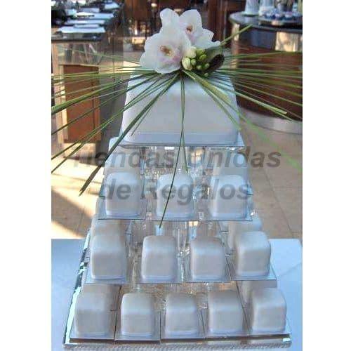 I-quiero.com - TORTA MUFIFIN 02 - Codigo:WAM02 - Detalles: Torta de cuatro pisos a base de mini-tortas. Compuesta por 36 mini-tortas de 6x6cm decoradas con masa elastica y un delicioso queque De Vainilla de 10x10 cm. Incluye adorno. - - Para mayores informes llamenos al Telf: 225-5120 o 476-0753.