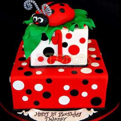 Torta Niña 54 - Codigo:WBE54 - Detalles: Delicioso queque ingles relleno  de frutas secas, pasas, decorada finamente en masa elástica, MED. 1er Nivel 20 x 20cmt, 2do Nivel 15 x 15 cmt.   Incluye modelado de mariquita en azucar. La forma de la torta puede ser cicular si se solicita con poca anticipación. - - Para mayores informes llamenos al Telf: 225-5120 o 4760-753.