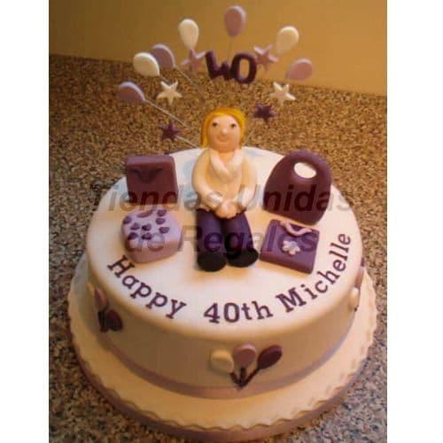 Torta Dama 28 - Codigo:WDA28 - Detalles: Delicioso queque ingles relleno de exquisita fruta confitada y pasas y  decorado finamente con masa elastica. Medidas  20cm de diamtro.  Incluye muñeca modelada y  accesorios. - - Para mayores informes llamenos al Telf: 225-5120 o 4760-753.