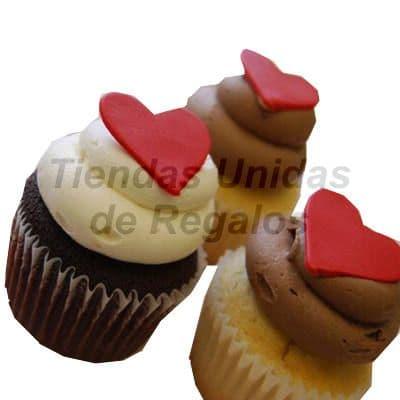 Tortas.com.pe - Muffin Art�stico 12 - Codigo:WMF12 - Detalles: 3 muffins, dos de vainilla y uno de chocolte decorados con crema chantilli y coraz�n de masa elastica. - - Para mayores informes llamenos al Telf: 225-5120 o 476-0753.